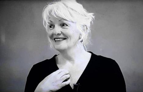 Rita Bouwman tijdens een bijeenkomst over nondualiteit..