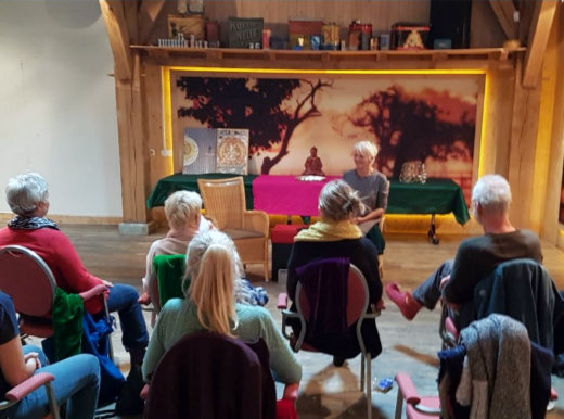 Rita Bouwman in gesprek met een van de deelnemers van een dagbijeenkomst over nondualiteit. De dagbijeenkomten worden op verschillende locaties in Nederland en België georganiseerd. Ervaren wat nondualiteit is? Kom dan eens lang op een nondualiteit dagbijeenkomst.